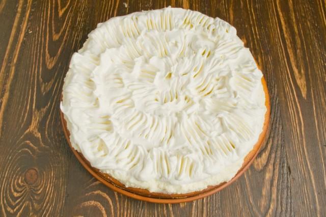 Взбитые сливки выкладываем сверху на торт