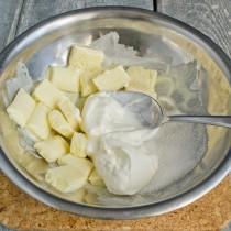Сахар смешиваем со сметаной и белым шоколадом