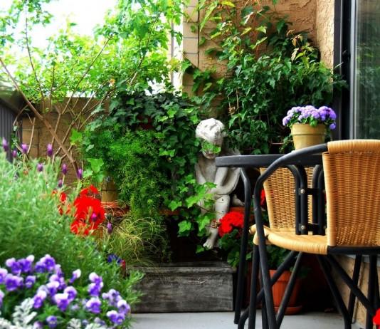 Используя вертикальное озеленение летом балкон можно превратить в настоящий сад