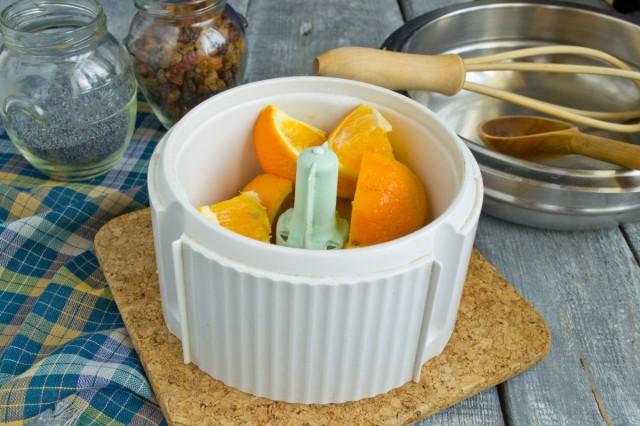 Режем апельсин и кладем в блендер