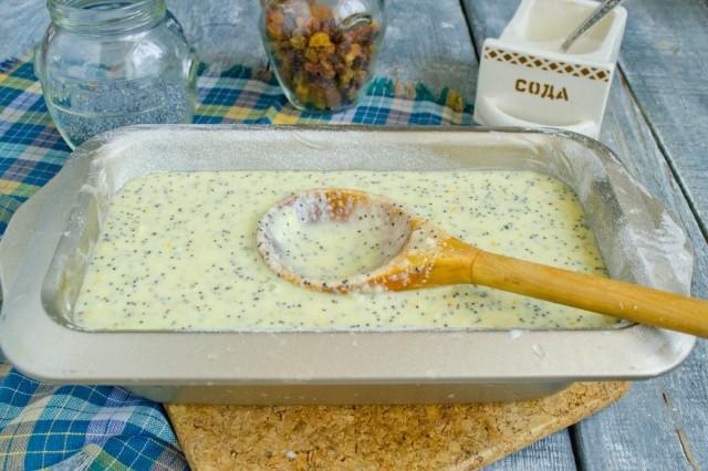 Выкладываем тесто в форму и ставим в духовку