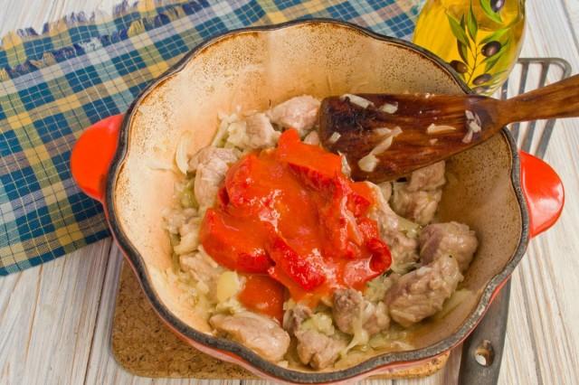 Добавляем помидоры или томатную пасту, тушим 45 минут