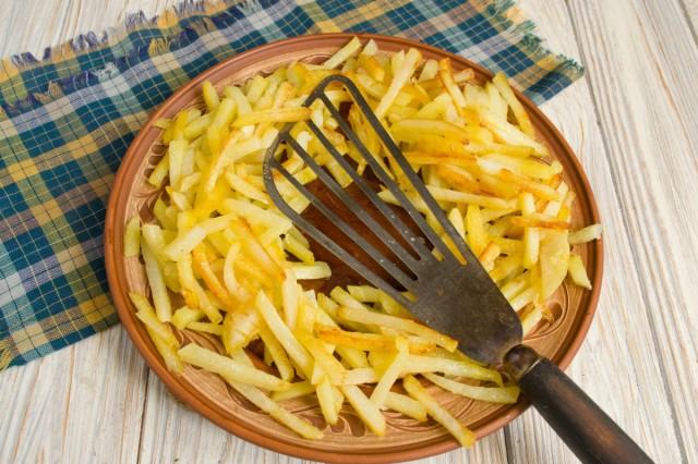 Выкладываем на блюдо картошку
