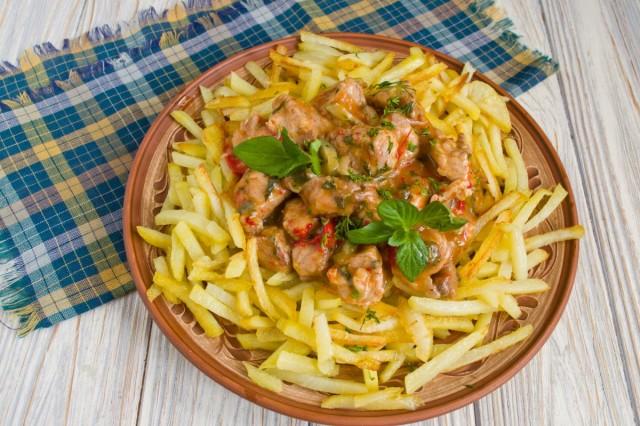 Азу по-татарски с солёными огурцами и картошкой готово