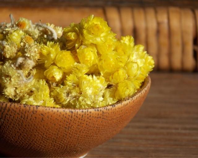 Правильно высушенное сырье издает приятный аромат и обладает горьковатым вкусом с пряным послевкусием