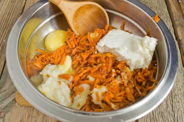Смешиваем манку, морковь, творог и яйцо