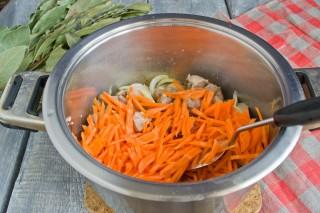 Добавляем в кастрюлю морковь