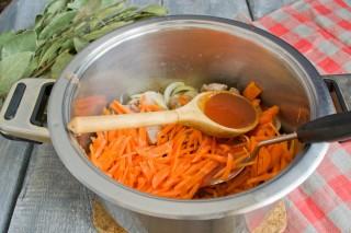Добавляем томатный соус и тушим 5 минут на среднем огне
