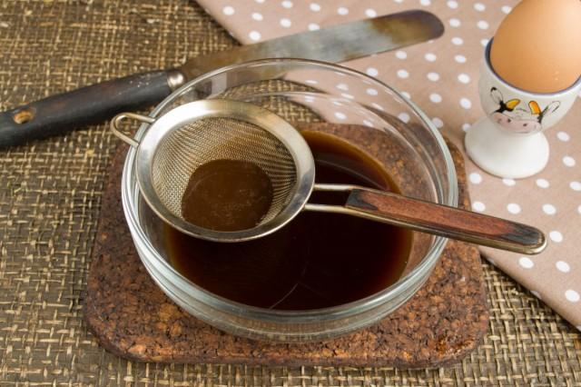 Варим кофе, процеживаем, добавляем ликер