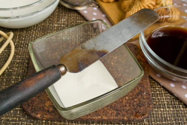 На дно салатника кладем толстый слой сливочного крема