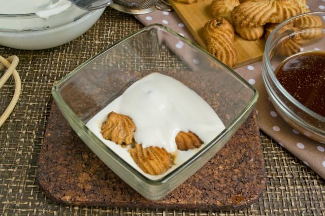 На сливочный крем кладём ряд печенья