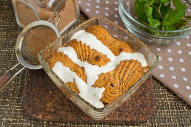 Делаем ещё одну прослойку из печенья и крема и убираем десерт в холодильник