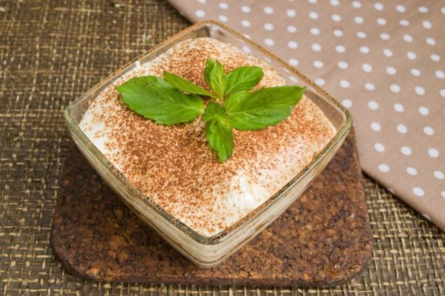 Посыпаем верхний слой крема порошком какао и украшаем веточкой свежей мяты