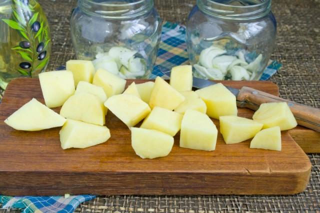 Кладём слой картофеля на слой лука