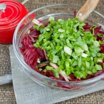 Нарезанную зелень добавляем к овощам