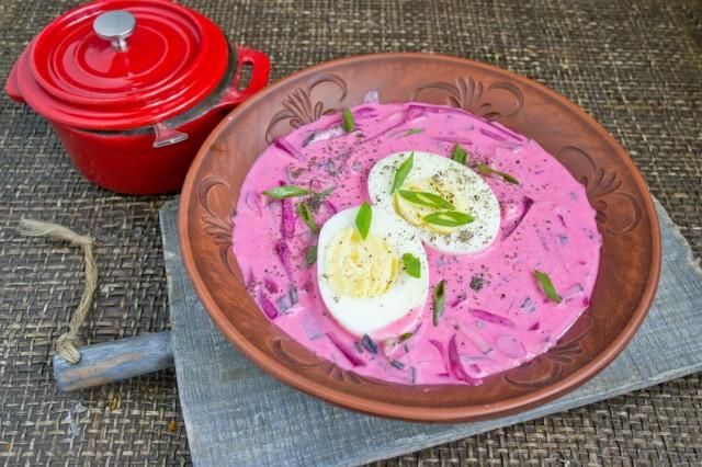 Наливаем холодник в тарелку и добавляем яйцо