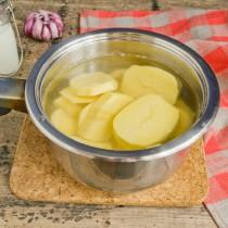 Варим картошку и чеснок 15 минут