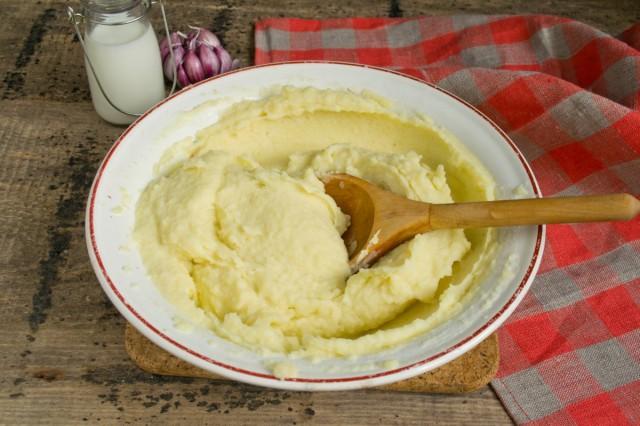 Взбиваем картофельную массу ложкой