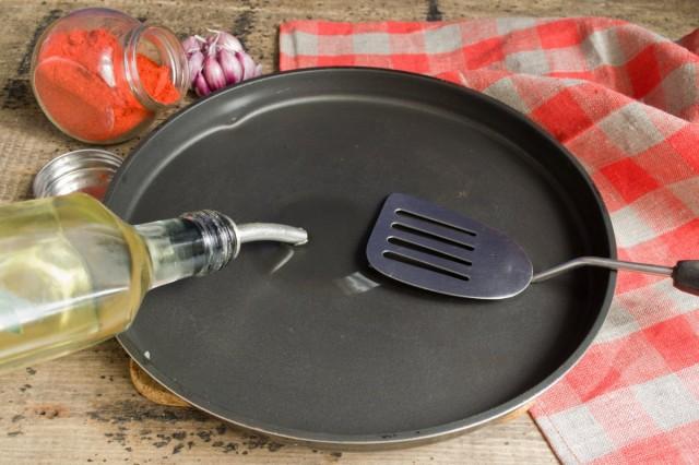 Нагреваем масло на сковороде