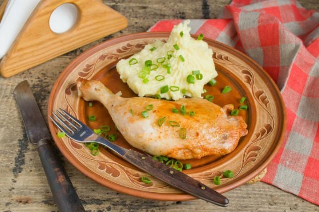 Куриные окорочка на сковороде готовы!