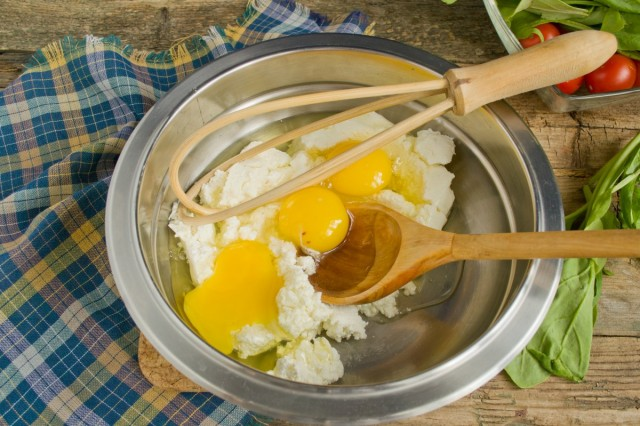 Смешиваем творог с яйцом