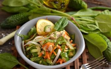 Салат из курицы с авокадо и огурцом