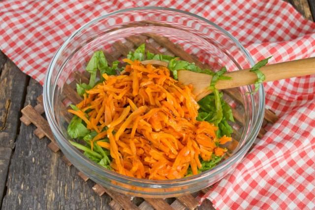 Пассеруем и добавляем в салат морковь