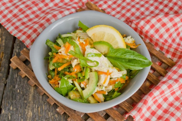 Салат из курицы с авокадо и огурцом готов!