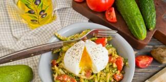 Салат с авокадо, помидорами и огурцами