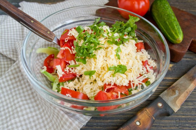 Отправляем в салатник сыр и зелень