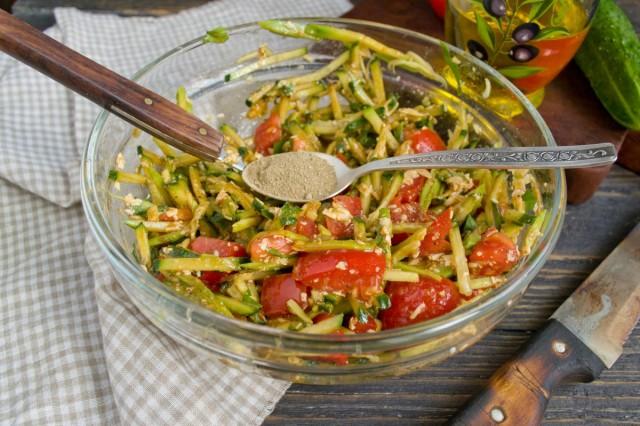 Поливаем салат заправкой и смесью специй