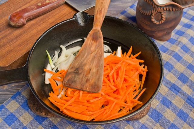В сковороде пассеруем лук и морковь