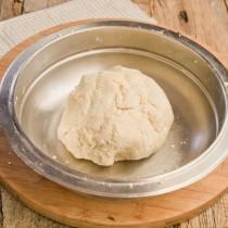 Замешиваем тесто и кладем его в холодильник