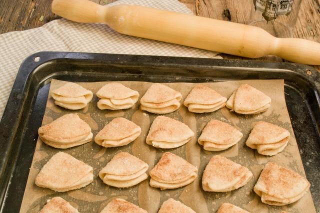 Выкладываем печенье на противень и отправляем в духовку