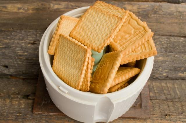 Песочное печенье измельчаем в блендере