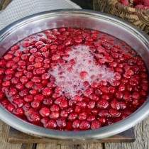 Кипятим ягоды в сиропе 5 минут