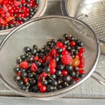 Промываем ягоды проточной водой