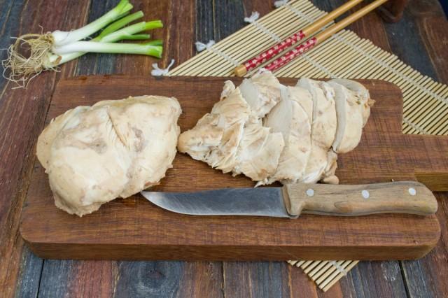 Куриное филе нарезаем толстыми ломтиками поперёк волокон