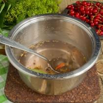 Добавляем соль, сахар и специи в маринад, кипятим 5 минут