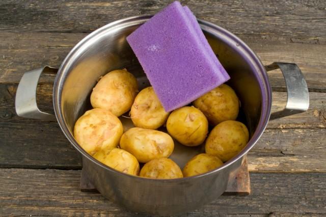 Чистим губкой для мытья посуды молодой картофель