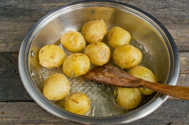Обжариваем варёную картошку до румяной корочки с одной стороны