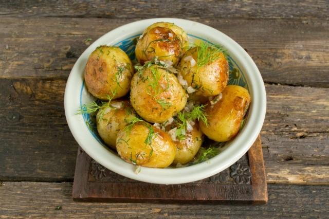 Молодая картошка, поджаренная на сковороде, готова!