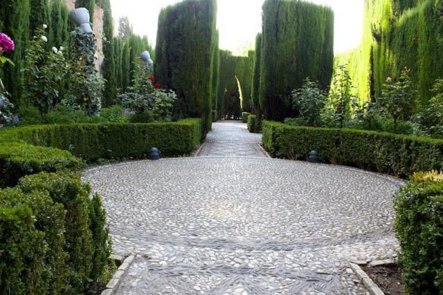 Обустройство мусульманского сада всегда начинается с дорожек и зонирования