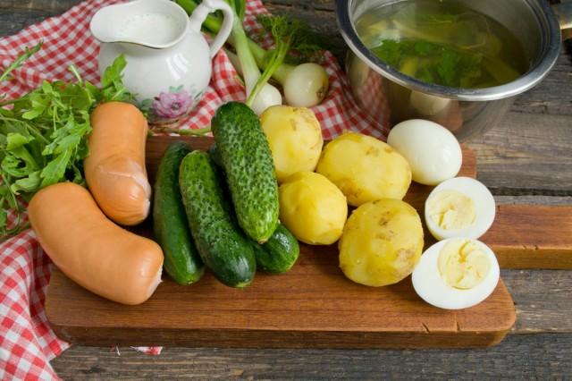 Ингредиенты для окрошки с колбасой на овощном бульоне