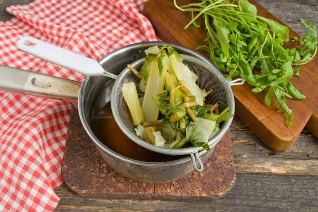 Варим и процеживаем овощной бульон