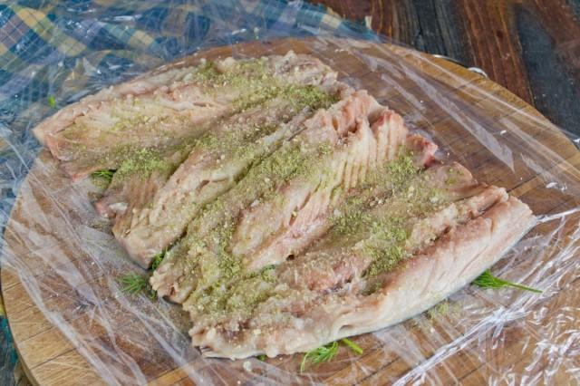 Посыпаем рыбу солью, рыбной приправой и желатином