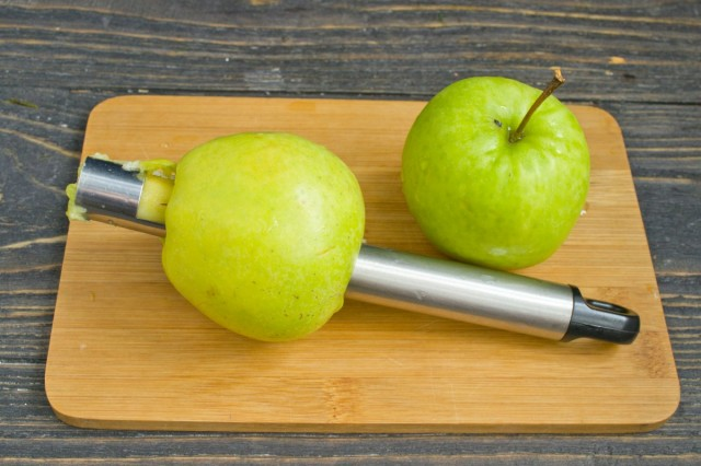Шинкуем яблочки тоненькими ломтиками и сбрызгиваем лимонным соком
