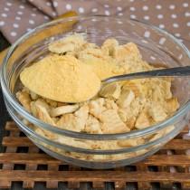 Добавляем апельсиновый порошок к крошкам и орехам