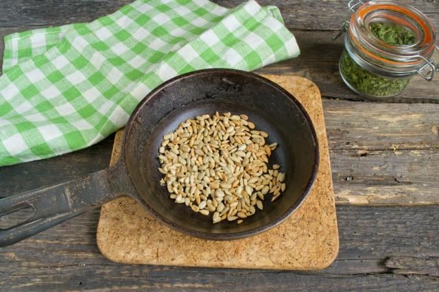 Очищенные от шелухи семечки подсолнуха поджариваем на сухой сковороде
