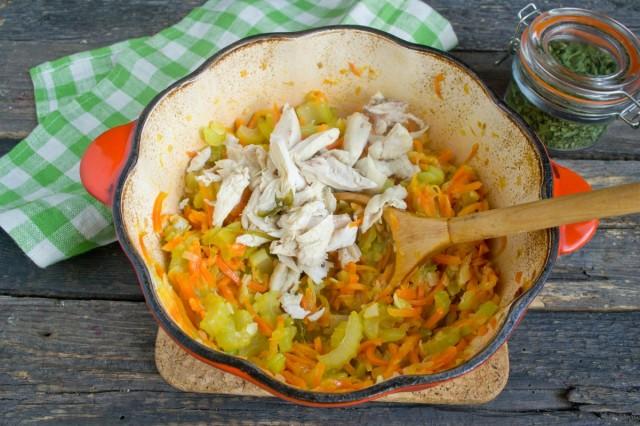 Добавляем курицу к тушеным овощам